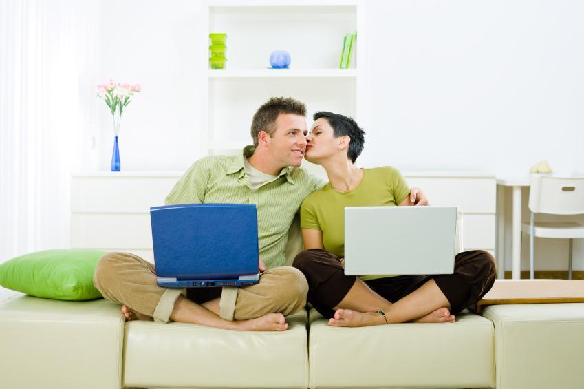 https://cf.ltkcdn.net/dating/images/slide/86562-849x565-online_couple.jpg
