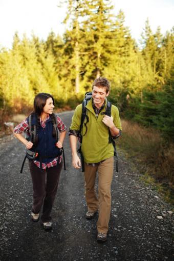 https://cf.ltkcdn.net/dating/images/slide/134748-566x848r1-Couple-Hiking.jpg