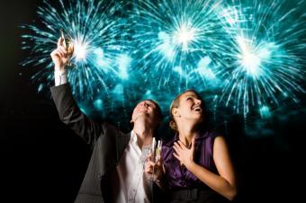 https://cf.ltkcdn.net/dating/images/slide/137195-849x565r1-Surprise-her-with-fireworks.jpg