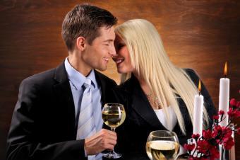 https://cf.ltkcdn.net/dating/images/slide/150872-849x565r1-candlelight-valentine-dinner.jpg