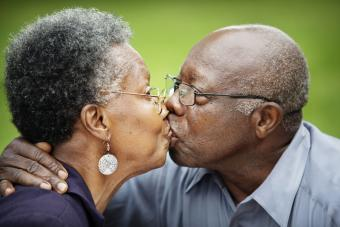 https://cf.ltkcdn.net/dating/images/slide/238309-850x567-mature-kiss.jpg