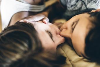 https://cf.ltkcdn.net/dating/images/slide/238615-850x567-kiss-in-bed.jpg