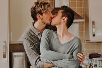 https://cf.ltkcdn.net/dating/images/slide/238807-850x567-two-men-kissing-in-kitchen.jpg