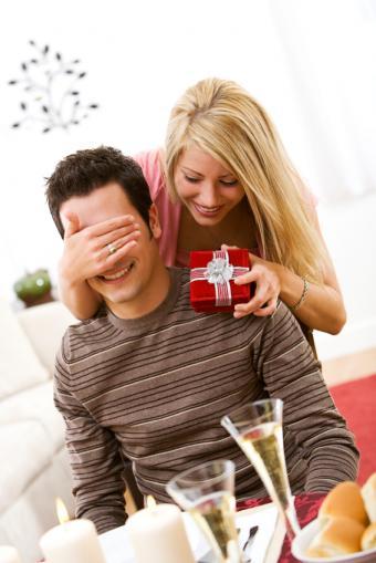 https://cf.ltkcdn.net/dating/images/slide/86567-566x848-romantic_couple.jpg