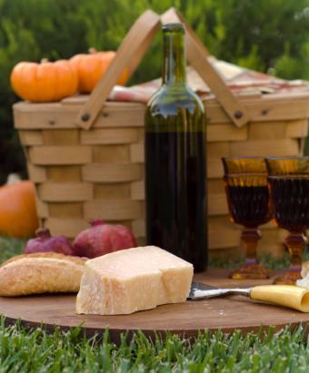 https://cf.ltkcdn.net/dating/images/slide/86605-630x762-Autumn_picnic.jpg