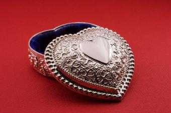 https://cf.ltkcdn.net/dating/images/slide/86645-849x565-Heart-Box.jpg