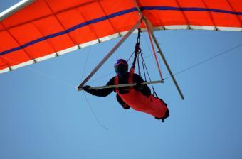 https://cf.ltkcdn.net/dating/images/slide/86658-850x559-hang-glider.jpg