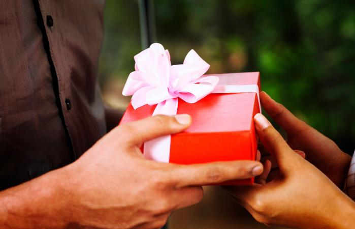 8 Gift Ideas Just Right For A New Relationship Lovetoknow