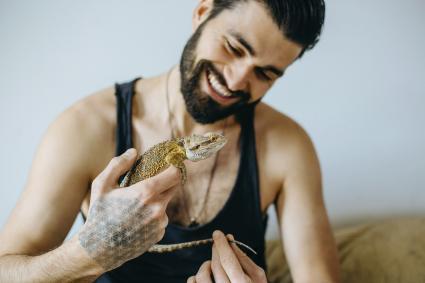 Man holding a pet lizard