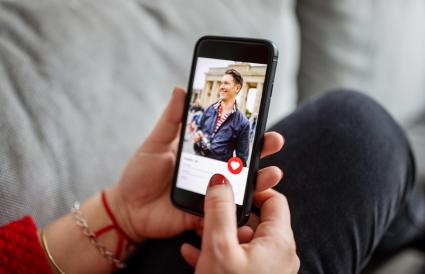 using a dating app on smart phone