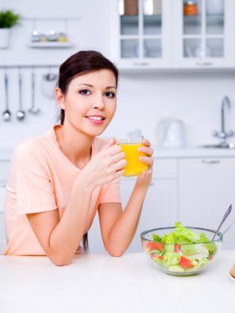 https://cf.ltkcdn.net/diet/images/slide/113020-600x800r1-Young-Woman-Eating-Healthy.jpg