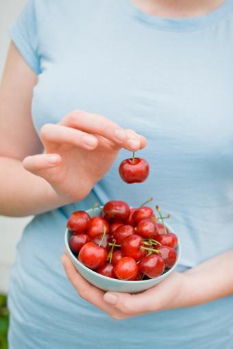 https://cf.ltkcdn.net/diet/images/slide/86396-566x848-Cherries.jpg