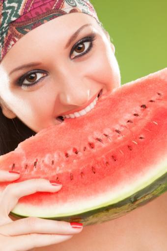 https://cf.ltkcdn.net/diet/images/slide/86398-566x848-Eating_Watermelon.jpg