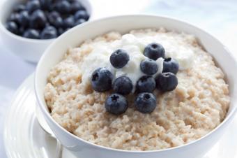 https://cf.ltkcdn.net/diet/images/slide/86413-849x565-Oatmeal_fruit.jpg
