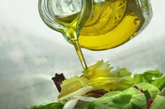 https://cf.ltkcdn.net/diet/images/slide/86417-849x565-Olive_oil_salad.jpg