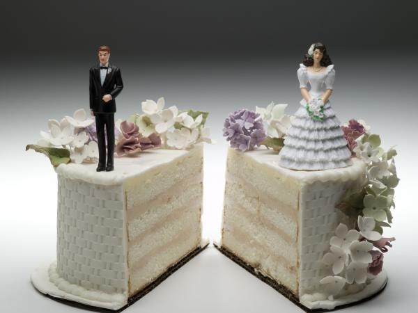 Bride and groom figurines on wedding cake