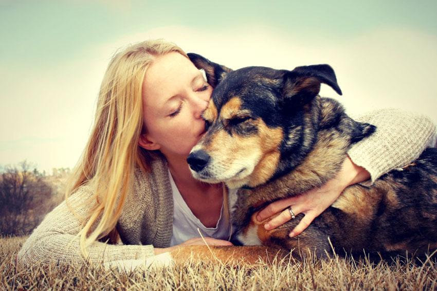 https://cf.ltkcdn.net/dogs/images/slide/187973-850x566-woman-with-her-dog.jpg