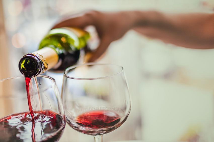 https://cf.ltkcdn.net/dying/images/slide/213003-850x567-pouring-bottle-of-red-wine.jpg