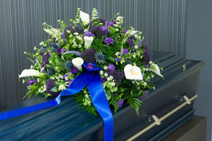 https://cf.ltkcdn.net/dying/images/slide/217273-704x469-Flowers-on-coffin-in-morgue.jpg