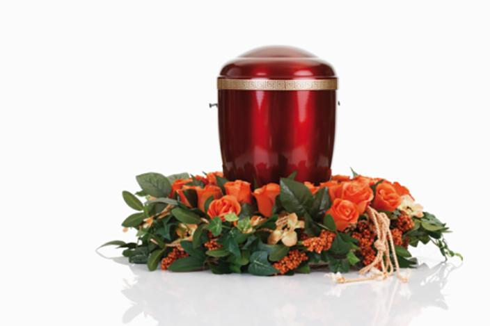 https://cf.ltkcdn.net/dying/images/slide/217274-704x469-Cremation-urn-with-wreath.jpg