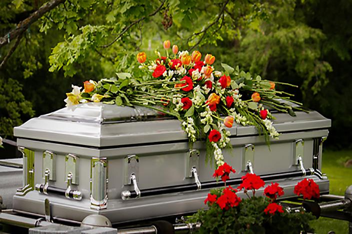 https://cf.ltkcdn.net/dying/images/slide/217279-704x469-Casket-with-Flowers.jpg
