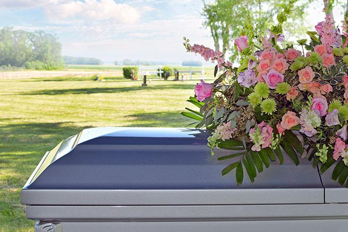 https://cf.ltkcdn.net/dying/images/slide/217285-704x469-Casket-and-floral.jpg