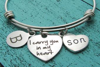 https://cf.ltkcdn.net/dying/images/slide/213394-850x567-memorial-bracelet.jpg