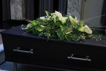 https://cf.ltkcdn.net/dying/images/slide/217270-704x469-Flowers-on-a-casket.jpg