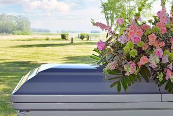 https://cf.ltkcdn.net/dying/images/slide/217285-704x469-Casket-and-floral.jpg