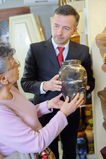 Helping choosing urn funeral