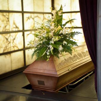 https://cf.ltkcdn.net/dying/images/slide/248965-850x850-5-pictures-burial-casket.jpg
