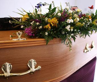 https://cf.ltkcdn.net/dying/images/slide/248969-850x719-1-pictures-burial-casket.jpg