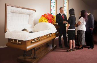 Family Line Up for a Funeral: Correct Order & Etiquette