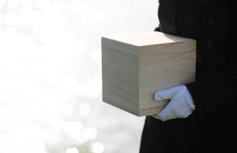How to Plan a Graveside Service for the Burial of Ashes