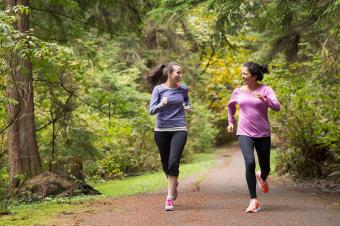mujeres corriendo en el parque
