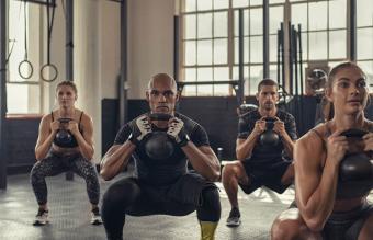 Personas entrenando en el gimnasio
