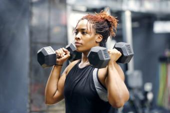 Mujer entrenando la parte superior del cuerpo
