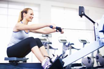Mujer haciendo remo en el gimnasio