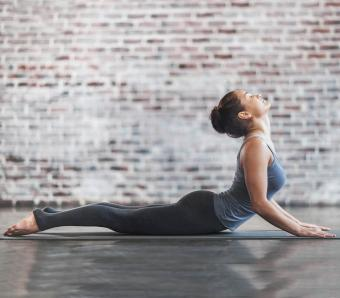 https://cf.ltkcdn.net/ejercicio/images/slide/255976-850x744-ejemplos-ejercicios-pilates-8.jpg