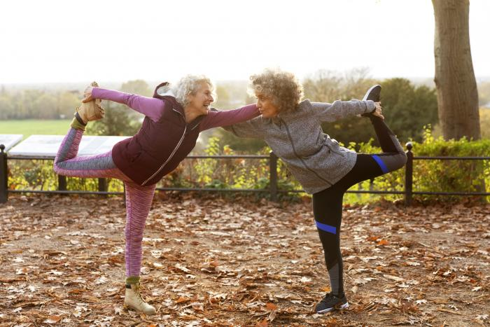 Dos mujeres mayores calentando antes de una carrera