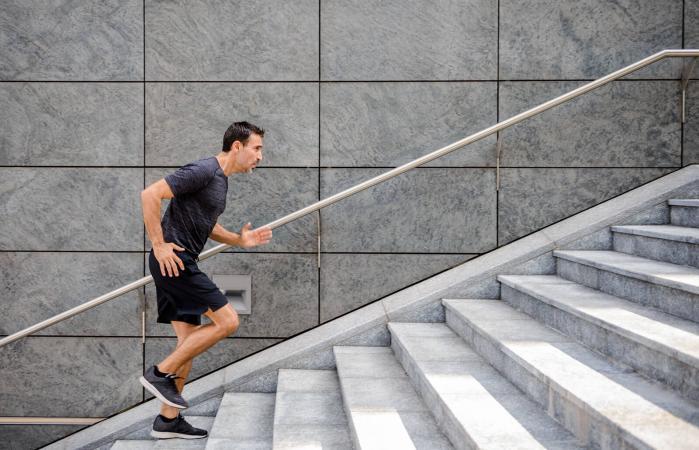 Deportista corriendo por los escalones
