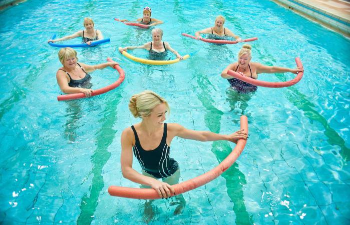 Grupo ejercitándose con flotadores