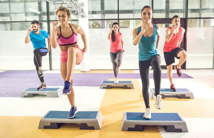 Grupo de personas haciendo ejercicios aeróbicos