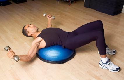 hombre haciendo ejercicios con mancuernas ligeras