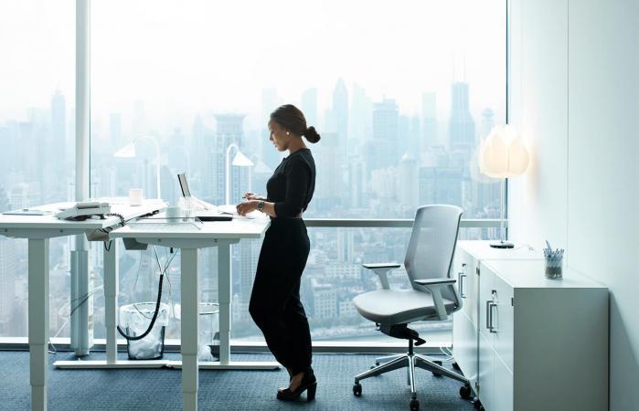 Mujer trabajando de pie