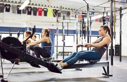 Mujer haciendo ejercicio en la maquina de remo
