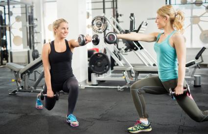 Mujeres haciendo zancadas flexionadas