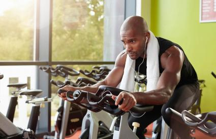 Hombre en bicicleta estática en el gimnasio