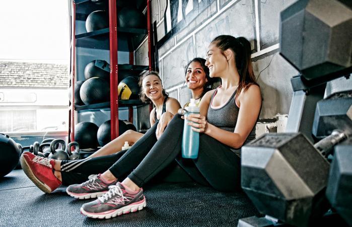 Mujeres socializando en el gimnasio
