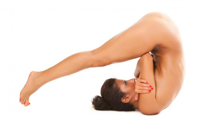 Mujer haciendo pilates desnuda